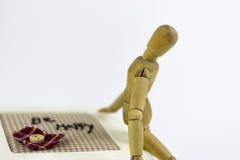 Marionnette en bois se reposant sur une boîte de bijoux Photographie stock libre de droits