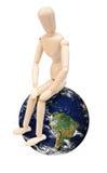 Marionnette en bois sur le globe Images stock