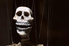 Marionnette squelettique sur le fond noir Photo libre de droits