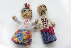 Marionnettes de doigt tricotées de la laine Fabriqué à la main Jouets tricotés homme et femme dans des costumes nationaux ukraini photographie stock libre de droits
