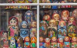 Marionnettes de Matryoshka dans la fenêtre de magasin photo libre de droits