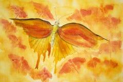 Mariposa anaranjada en un fondo amarillo-naranja Foto de archivo