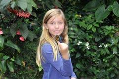 Mariposa de la explotación agrícola de la muchacha. Fotos de archivo