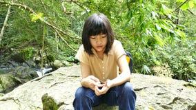 Mariposa en la mano asiática de las muchachas almacen de metraje de vídeo