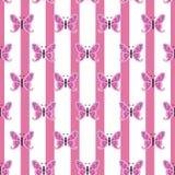 Mariposa repetidor en un fondo rosado y blanco rayado, inconsútil ilustración del vector