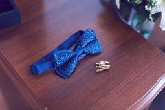 Mariposa y mancuernas para el novio Foto de archivo
