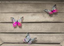 Mariposas coloridas del árbol en un fondo de madera fotografía de archivo