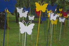 Mariposas coloridas del metal en un bosque del verano Imagen de archivo libre de regalías