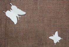 Mariposas de papel en el paño del yute Imágenes de archivo libres de regalías
