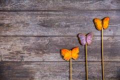 Mariposas pintadas a mano del pan de jengibre en fondo de madera Visión superior Postre dulce como regalo para el día de las muje fotos de archivo
