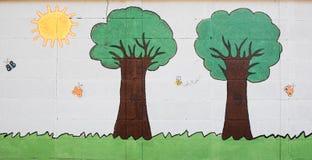 Mariposas y árboles lindos sobre la pared blanca Imagen de archivo libre de regalías