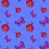 Mariquitas y mariposas en fondo azul Fotos de archivo