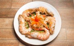 Marisco cozinhado ou camarão cozinhado com ervas e vegetal no prato branco na tabela de madeira imagens de stock royalty free