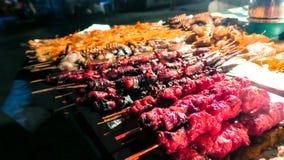 Marisco em espetos para a venda em jardins de Forodhani, Stonetown, Zanzibar fotos de stock