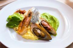 Marisco em uma placa branca Mexilhões e camarão com peixes e verde Imagens de Stock Royalty Free