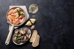 Marisco fresco e vinho branco Vieiras e camarões Imagem de Stock Royalty Free