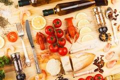 Marisco, garrafas diferentes das especiarias, dos vegetais, das hortaliças e de azeite imagem de stock royalty free