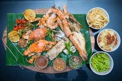 Marisco grelhado misturado com pratos laterais imagens de stock royalty free