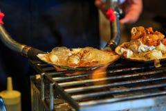 Marisco grelhado na concha do mar, alimento japonês da rua Foto de Stock