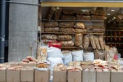 Marisco secado que vende no mercado local de Hong Kong imagens de stock