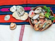 Mariscos con las garras y las cáscaras del cangrejo Imágenes de archivo libres de regalías