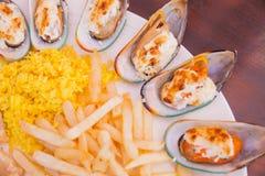 Mariscos con las patatas fritas y el arroz Imagen de archivo
