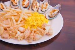 Mariscos con las patatas fritas y el arroz Imagenes de archivo