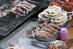 Mariscos de la barbacoa del mercado flotante de Ampawa, Tailandia Imagen de archivo