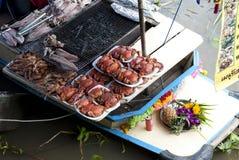 Mariscos de la barbacoa del mercado flotante de Ampawa, Tailandia Fotografía de archivo