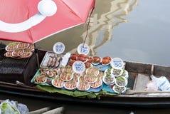 Mariscos de la barbacoa del mercado flotante de Ampawa, Tailandia Foto de archivo libre de regalías