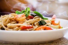 Mariscos de los espaguetis con albahaca fotos de archivo libres de regalías