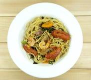 Mariscos de los espaguetis en un plato en una tabla de madera blanca del piso foto de archivo libre de regalías
