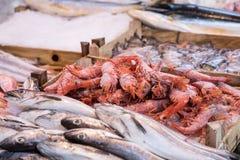 Mariscos en el mercado de pescados tradicional en Palermo, Italia fotos de archivo