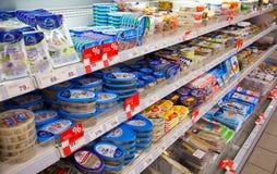 Mariscos en estantes del supermercado ruso local foto de archivo libre de regalías