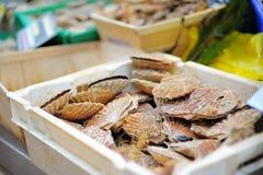 Mariscos frescos para la venta en mercado de pescados Fotografía de archivo