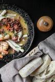 Mariscos fritos, camarón, pulpo, calamar en la placa fotos de archivo libres de regalías