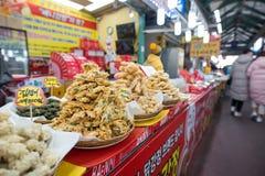 Mariscos fritos y verduras vendidos en mercado foto de archivo