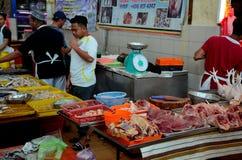 Mariscos Halal del pollo de la carne fresca del carnicero en el mercado mojado Kuching Sarawak Malasia del fin de semana de Satok imagen de archivo libre de regalías