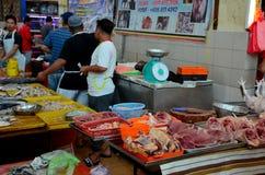 Mariscos Halal del pollo de la carne fresca del carnicero en el mercado mojado Kuching Sarawak Malasia del fin de semana de Satok fotografía de archivo libre de regalías