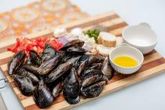 Mariscos, mejillones, aceite de oliva y tomates fotos de archivo libres de regalías