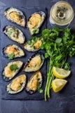 Mariscos Mejillones cocidos con queso y el limón en cáscaras foto de archivo