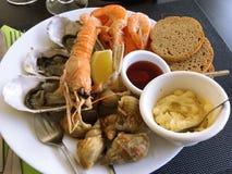 Mariscos, mariscos mezclados, camarón, cáscara, ostra, pan, mostaza Imagen de archivo