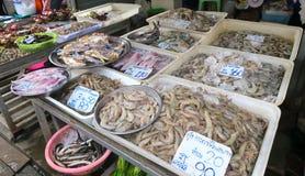 Mariscos, pescados, cangrejos, gamba y calamar en un mercado local en Bangkok Foto de archivo