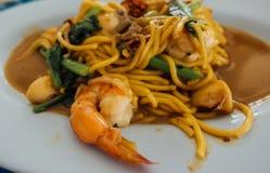 Mariscos picantes de los espaguetis con el cojín Kee Mao de la albahaca Foto de archivo