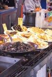 Mariscos preparados para la venta en el mercado de pescados Fotos de archivo