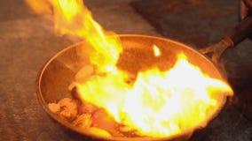 Mariscos que cocinan habilidades flambering del cocinero de la receta de la comida metrajes