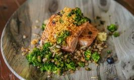 Mariscos rústicos asados a la parrilla del estilo nórdico del filete de color salmón imagen de archivo libre de regalías