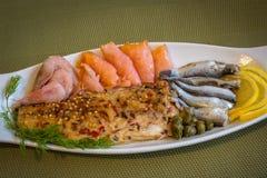 Mariscos - salmón, camarón, espadín, caballa ahumada con las especias y alcaparras fotos de archivo libres de regalías