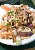 Mariscos-saltados peruanische Meeresfrüchte, die in der Tomatenzwiebel gebraten werden, fren Lizenzfreies Stockbild
