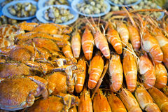 Mariscos tailandeses de la parada del mercado Foto de archivo
